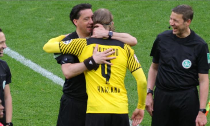 Haaland shkëmben fanellën me gjyqtarin e ndeshjes pas takimit ndaj Leverkusen
