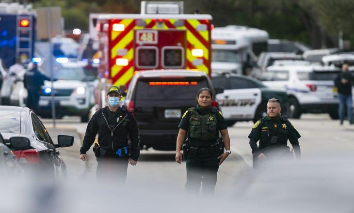 Nga të shtënat vdekjeprurëse në zonën e Miamit në Florida, u vranë dy persona dhe shumë të tjerë u lënduan