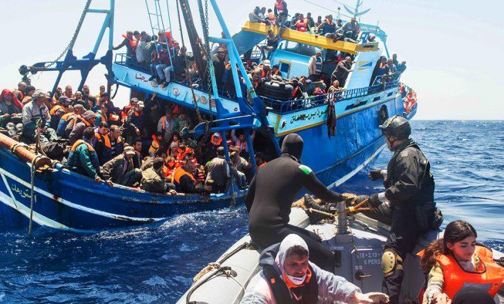 Më shumë se 800 emigrantë të shpëtuar në Mesdhe shkojnë drejt Italisë