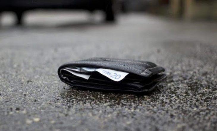 Ferizaj: Dorëzon në polici portofolin e gjetur me mbi 200 euro