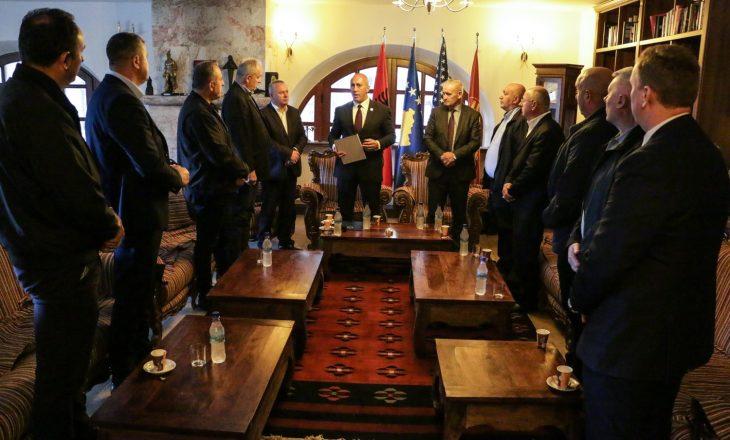 Ramush Haradinaj pajton dy familje në rajonin e Dukagjinit