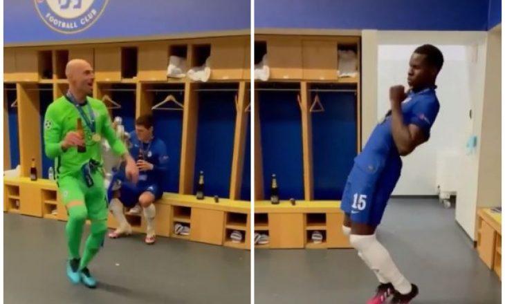 Futbollistët e Chelseat festojnë në dhomat e zhveshjes pasi u stolisen me trofeun e Championsit
