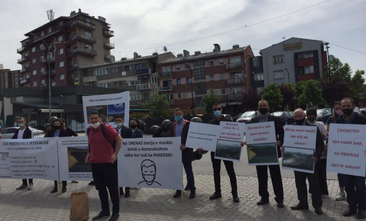 """Banorët e Drenasit protestojnë para MMPHI-së, fajësojnë """"Feronikelin"""" për ndotjen e mjedisit e ujit"""