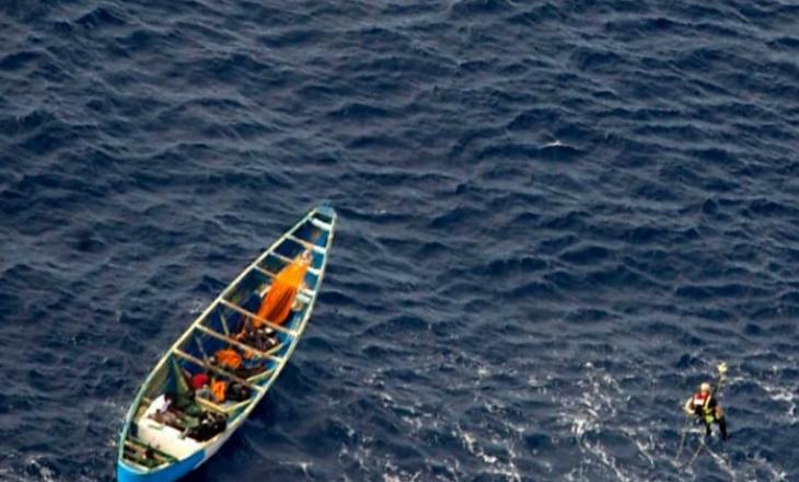 Një vajzë adoleshente u gjet në anijen që lëvizi për 22 ditë në deti