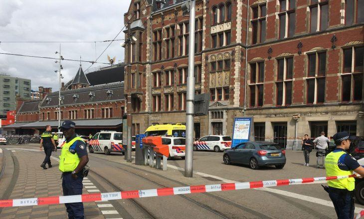 Nga një sulm me thikë në Amsterdam, një person mbetet i vrarë dhe katër të tjerë u plagosën