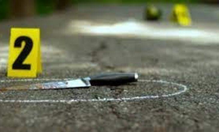 Një person theret me thikë në sheshin e Vushtrrisë