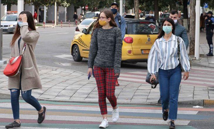 Shqipëria heq detyrimin për mbajtjen e maskave në ambiente të hapura