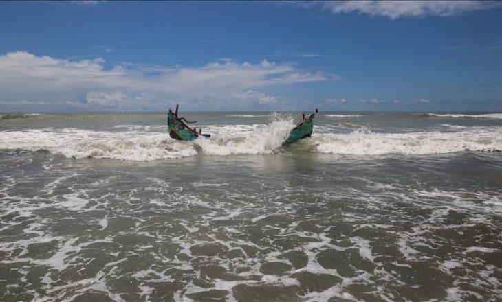 Së paku 26 persona kanë humbur jetën nga përplasja mes një anije mallrash dhe një varke në Bangladesh