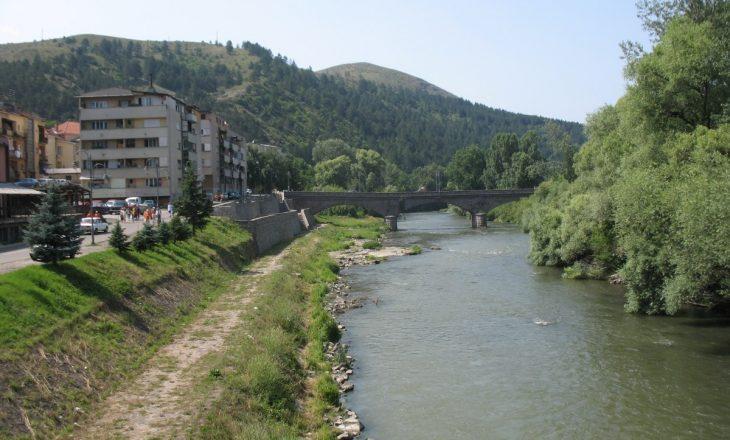 Të shtëna me armë zjarri pranë lumit Ibër në Mitrovicë – Dyshohet për një të plagosur