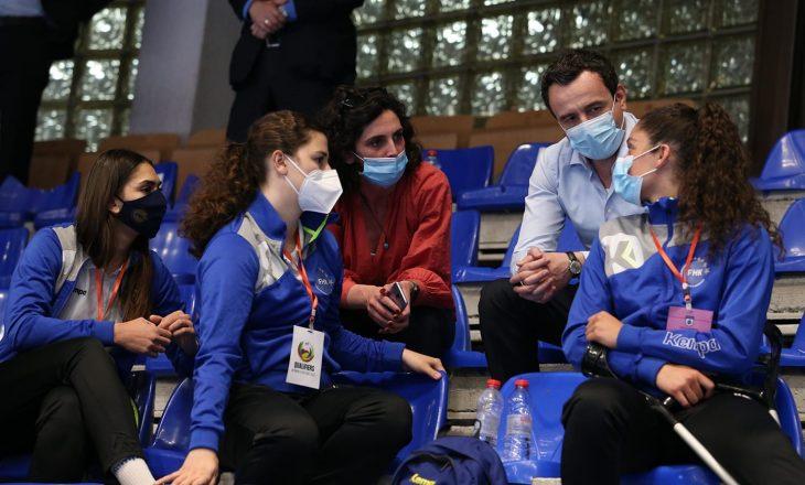 Albin Kurti bashkë me Daolina Osmanin në sallë për ndeshjen Kosovë-Luksemburg