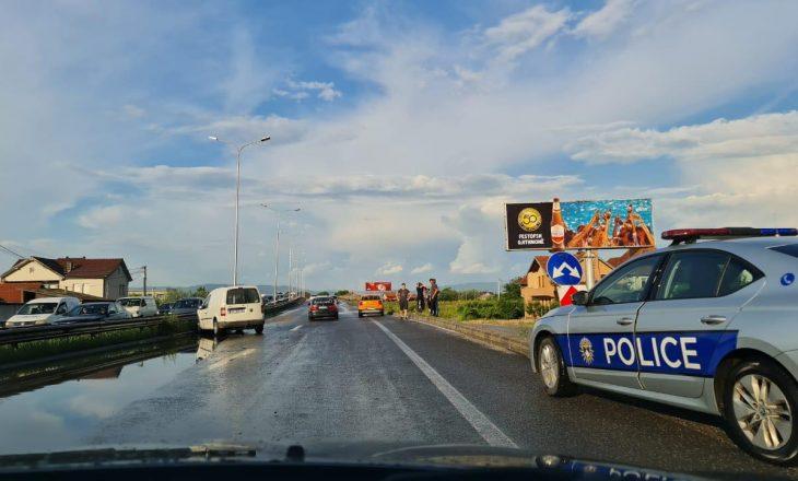 Tre të lënduar në një aksident në rrugën Prishtinë-Pejë