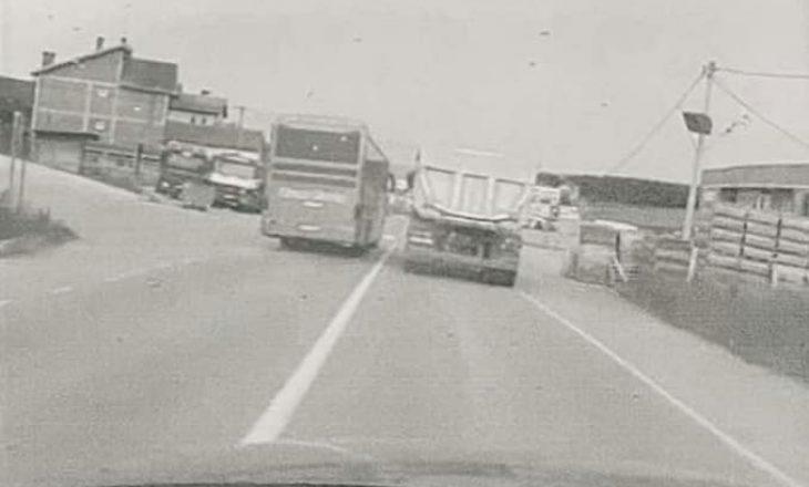 Shoferi i autobusit tejkalon në vijë të plotë, gjobitet nga policia
