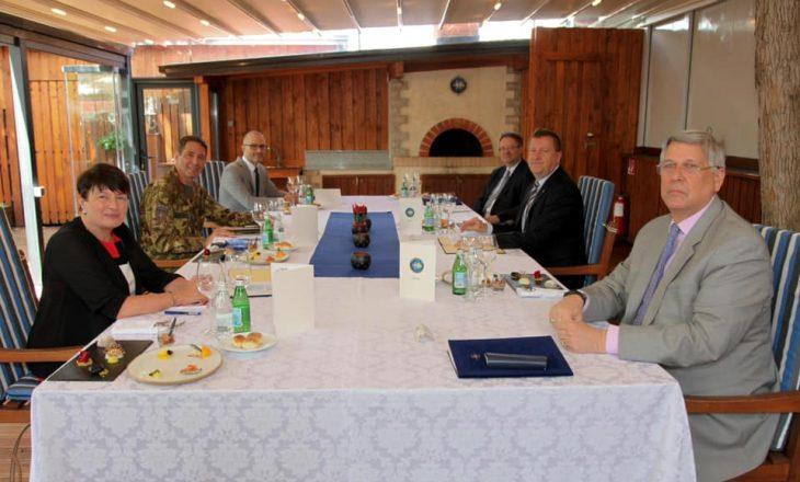 Komandanti i KFOR-it takon ambasadorët e huaj, flasin për sigurinë në Kosovë
