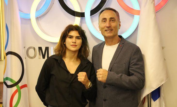 Presidenti Krasniqi priti në takim boksieren Donjeta Sadiku