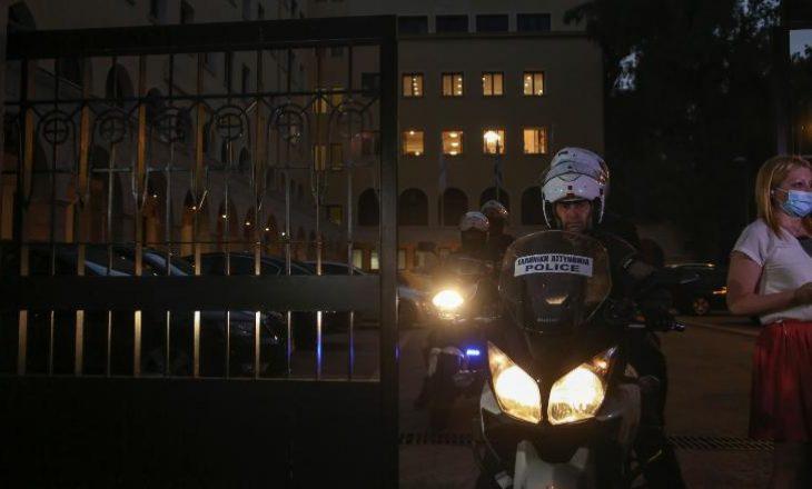 Prifti ortodoks grek u zhvendos në spitalin psikiatrik pasi sulmoi grupin e peshkopëve me acid