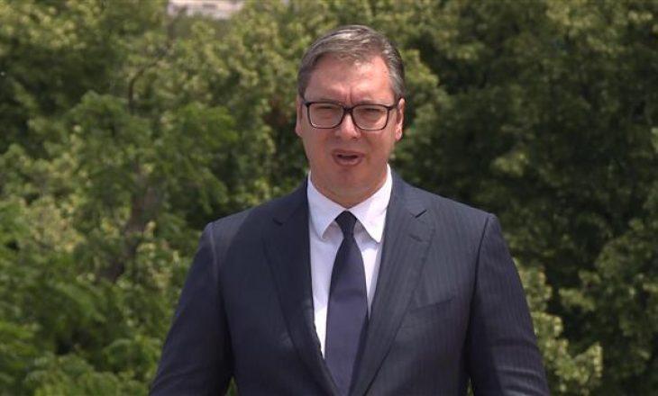 """""""Kokën lart"""" – Vuçiq iu thotë serbëve në Mal të Zi pas miratimit të rezolutës për Srebrenicën"""