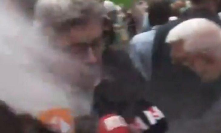 Pas Macronit e pëson edhe një politikan tjetër francez – mbi Jean-Luc Melenchon hedhin miell