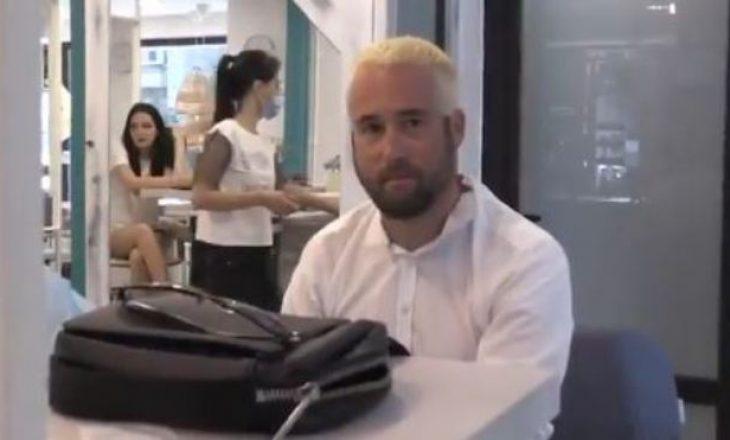 E kishte kritikuar Granit Xhakën, gazetari zviceran detyrohet t'i ngjyrosë flokët e bardha