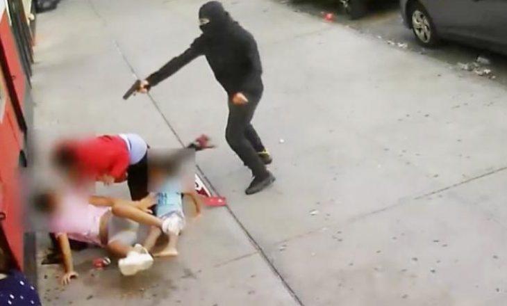 Një burrë në New York qëllohet në mes të ditës në prani të dy fëmijëve