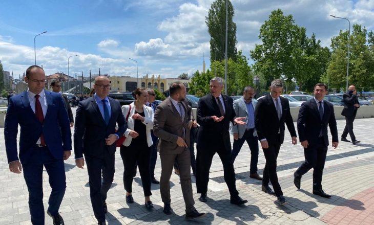 Kosnett viziton veriun: Kosovarët mund të arrijnë paqen duke punuar bashkë