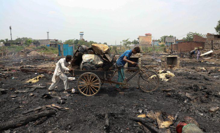 Kampi indian kaplohet nga zjarri, lë qindra njerëz të pastrehë
