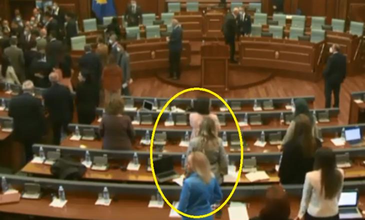 Deputetja e VV-së provon veten në këndim, duet bashkë me të dashurin e saj