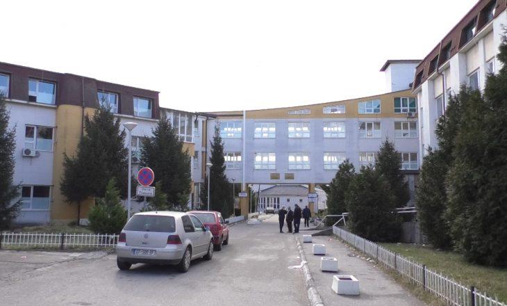 Vdes një burrë në Spitalin e Gjakovës