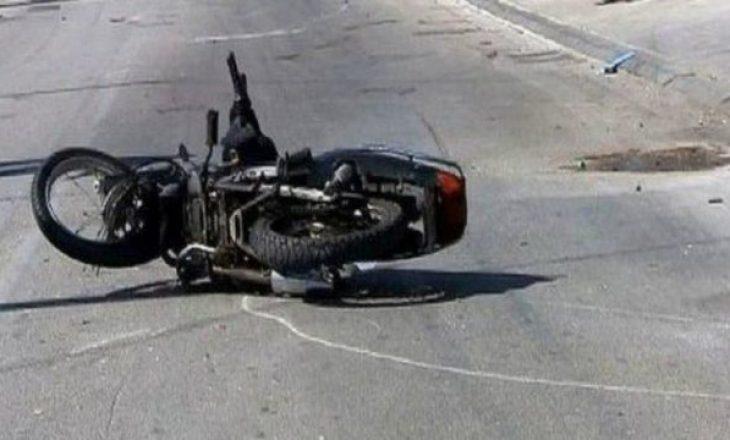 Aksident në Prishtinë ndërmjet një veture dhe motoçiklete