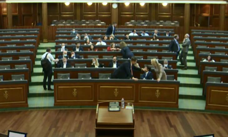Mungon Kurti, PDK dhe LDK lëshojnë sallën e Kuvendit