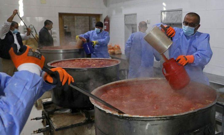 Kuzhinieri vdes pasi bie në enën e supës së pulës