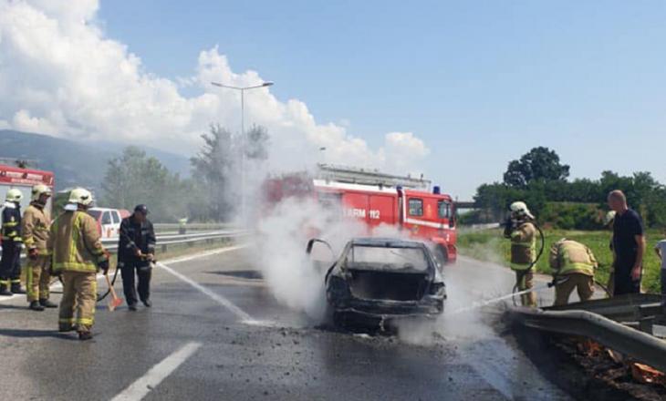 Përfshihet nga zjarri një veturë në autostradë, brenda ishin tre fëmijë