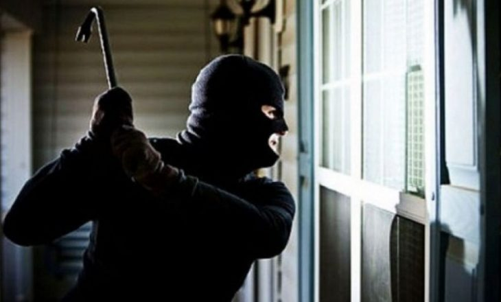 Hajnat vjedhin pistoletë dhe stoli ari në një shtëpi në Podujevë