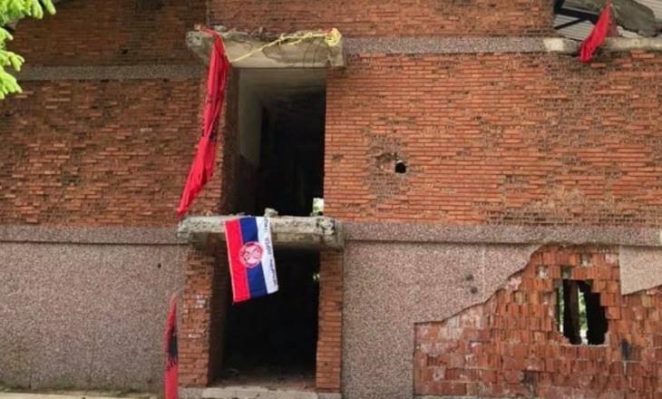 Flamuri serb vendoset në kullën e vrojtimit në Koshare