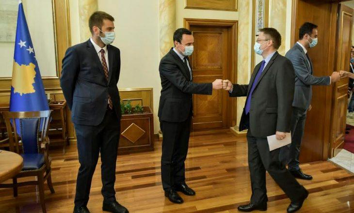 Kurti nënshkruan memorandum me Abbott për rekrutime transparente në institucione
