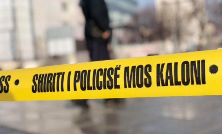 Vdes një grua në vendin e punës në Fushë Kosovë