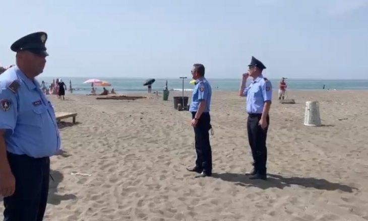 Pas vrasjes së katër personave në Velipojë, policia me aksion në plazhe për heqjen e shezlongëve dhe çadrave