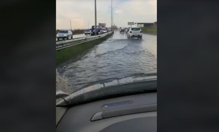 Vërshohet nga uji rruga Sllatinë-Prishtinë