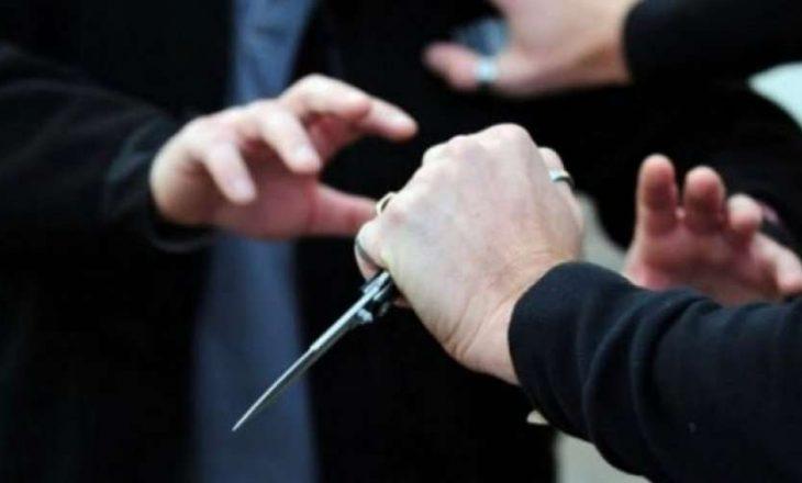 Theret me thikë një person në Podujevë