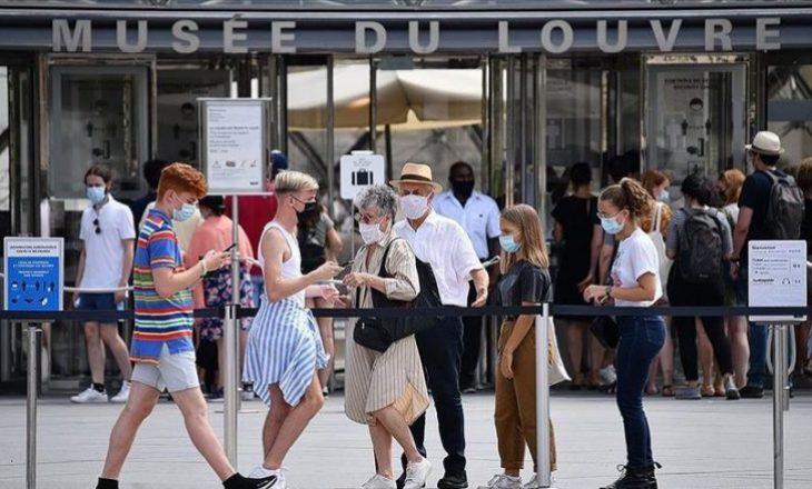 Franca heq maskat dhe orën policore