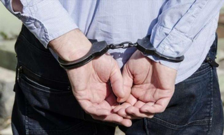 Arrestohet një person i kërkuar