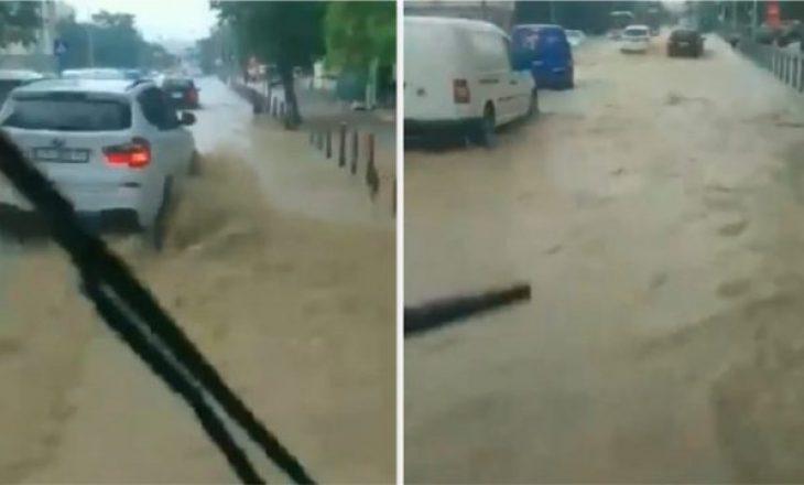 """Vërshohet nga uji rruga """"Agim Ramadani"""" në Prishtinë"""