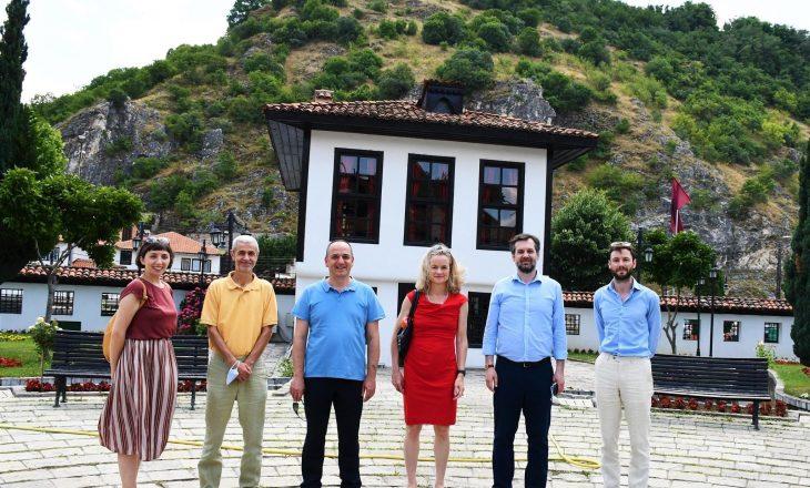 Von Cramon viziton monumentet kulturore të Prizrenit