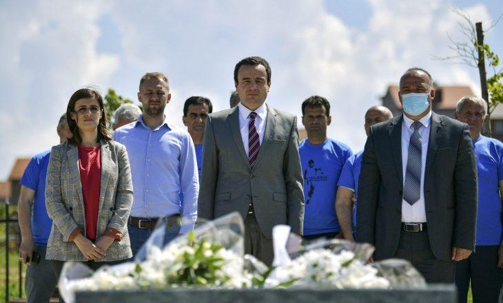Kryeministri Kurti viziton varrin e Fadil Vokrrit në tre vjetorin e vdekjes së tij