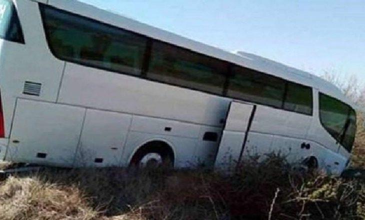 Autobusi del nga rruga, vdes një person e lëndohen 9 të tjerë në Shqipëri