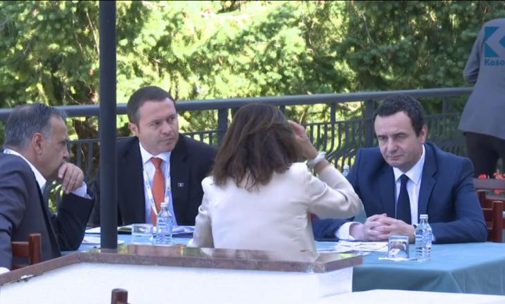 Kurti arrin në Forumin e Prespës, i shoqëruar nga Prindon Sadriu