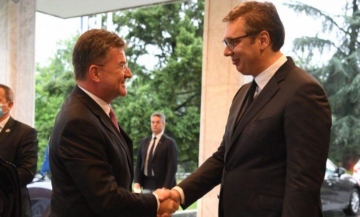 Vuçiq takohet me Lajçakun para takimit me Kurtin