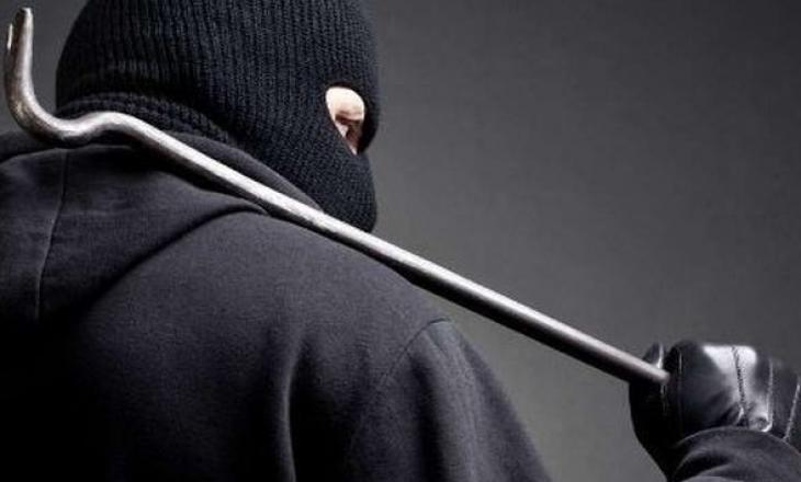 Kapet në flagrancë duke vjedhur, arrestohet