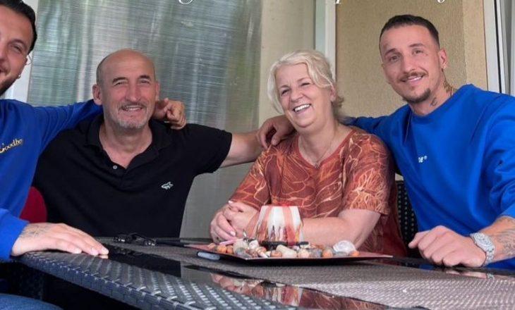 """""""Bekimet më të mira i kemi nga prindërit"""", Mozziku uron festën me foto familjare"""