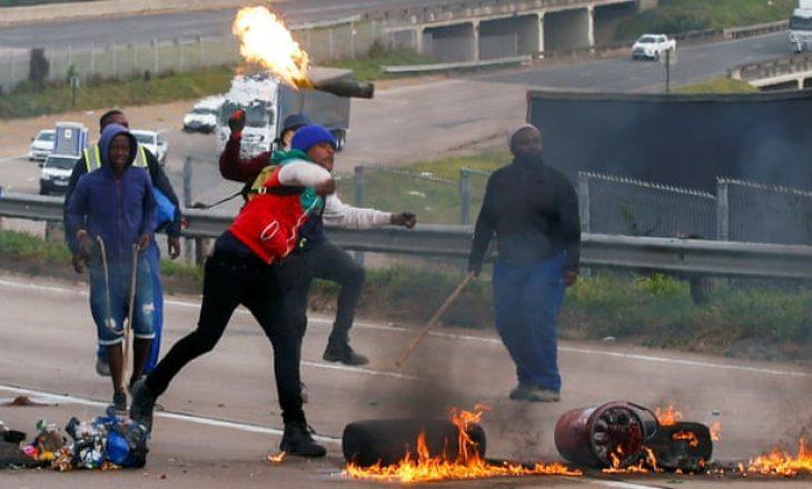 28 persona të arrestuar gjatë protestave në Afrikë të Jugut