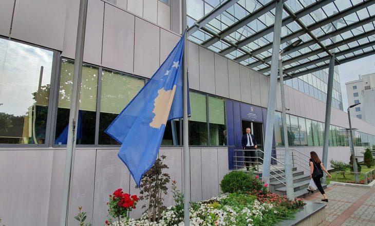 Flamuri i Kosovës ulet në gjysmë shtizë në nder të viktimave të aksidentit në Kroaci